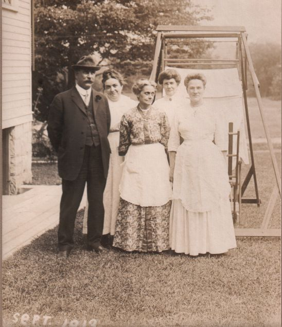1913-family-group